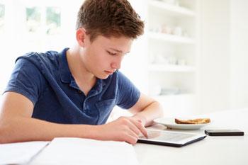img-boy-studying